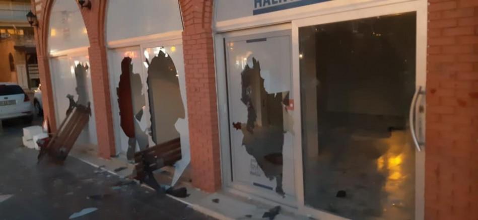 Çeşme'de zabıta binası ve araçlarına çirkin saldırı