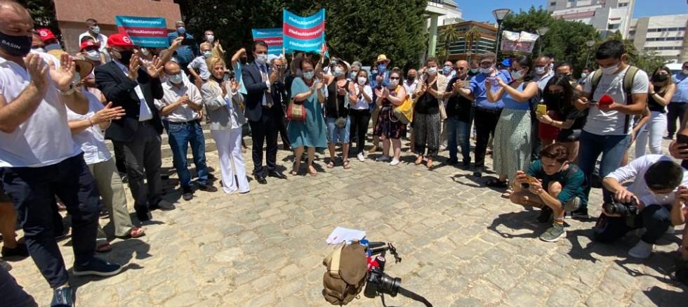 Gazeteciler şiddete karşı omuz omuza